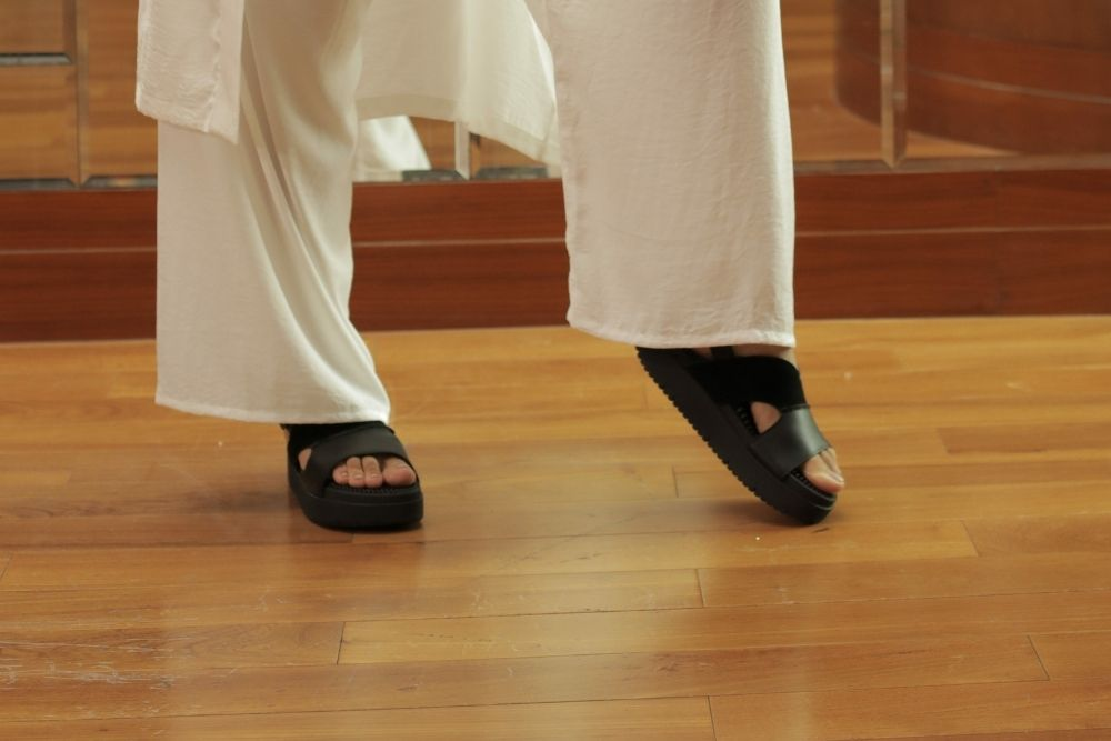 If you like to wear high heels, but the pain is not fun. Give it a try to acupressure reflexology sandals!